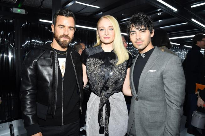 Sophie Turner e Joe Jonas con un'amico da Louis Vuitton