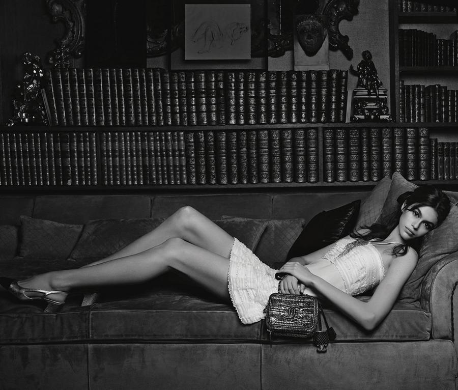 Kaia Gerber sul divano con borsa Gabrielle