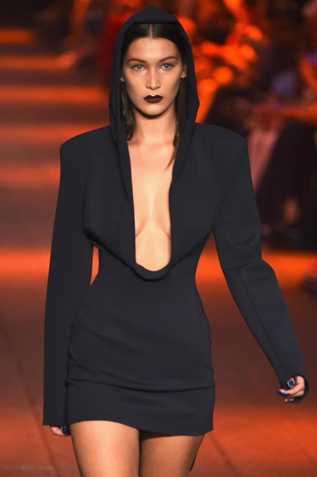 Bella Hadid sfila per DKNY