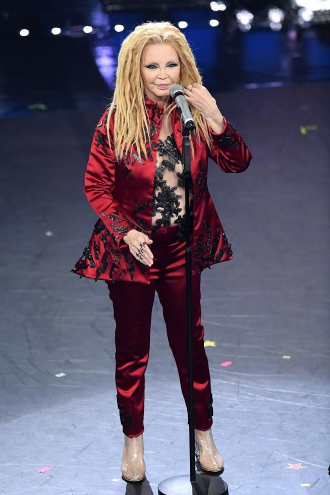 Patty Pravo indossa un blazer e un pantalone abbinato