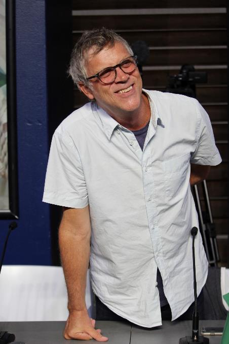 Todd Haynes si appoggia al tavolo della conversazione con il pubblico a Locarno 70