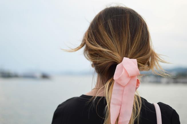 Indossare un foulard con la coda di cavallo