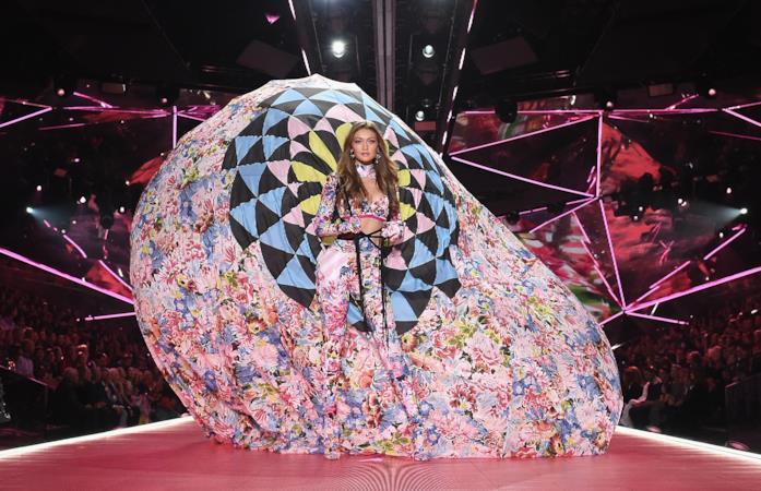Gigi Hadid sulla passerella di Victoria's Secret
