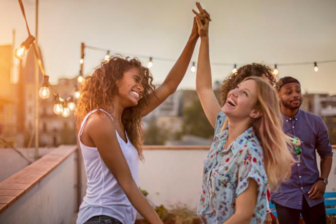 Due ragazze ballano insieme