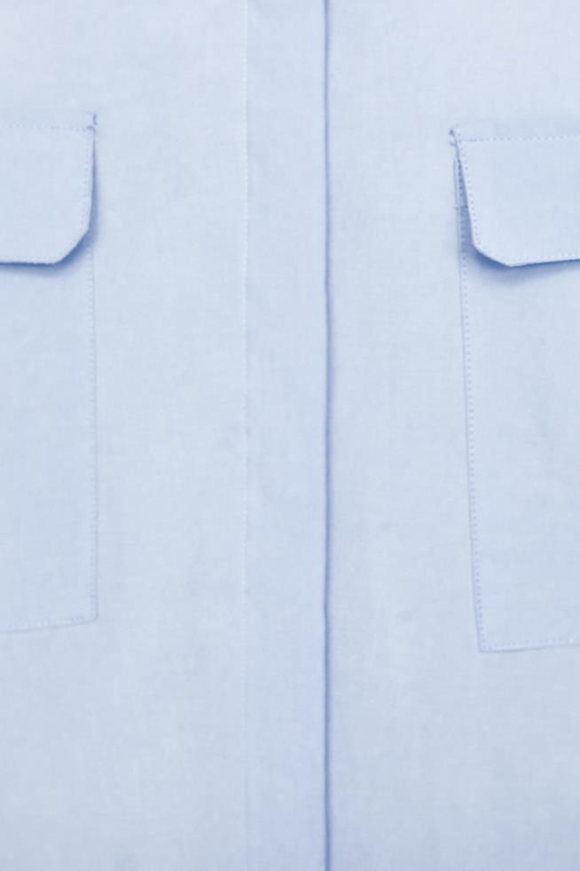 Dettaglio camicia donna di Zara con chiusura frontale con bottoni nascosti da patta