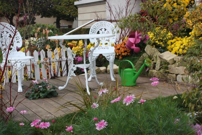 Tavolino in terrazza, con piante e fiori