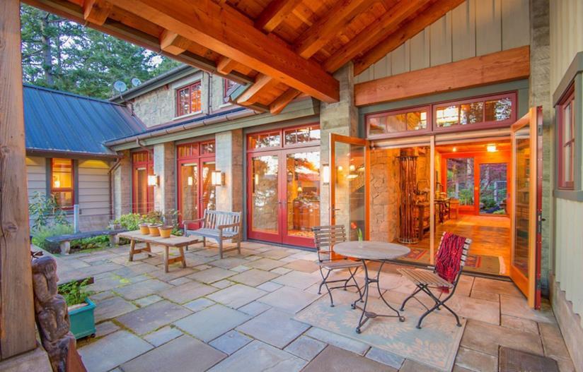 Il patio arredato con sedie e tavoli