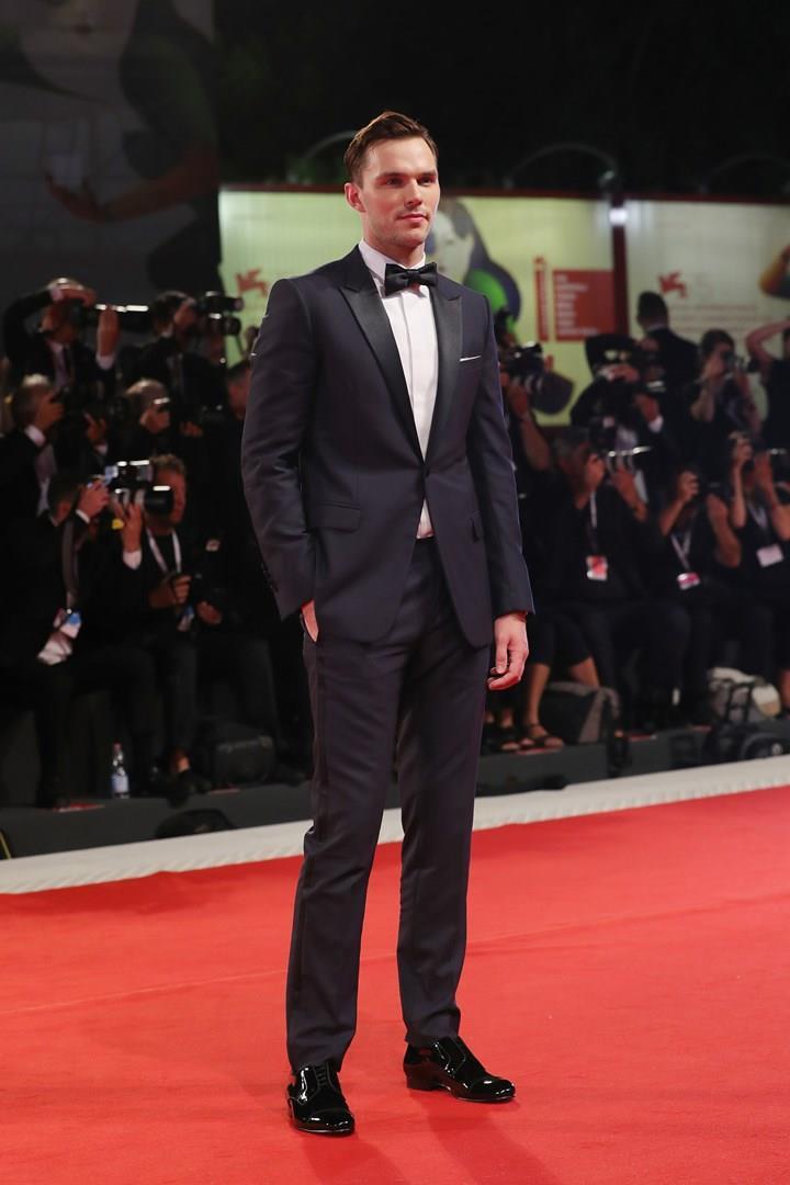 Nicholas Hoult sul red carpet di Venezia