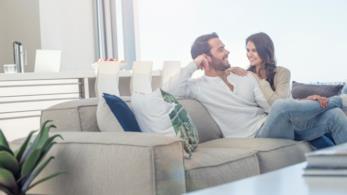 Coppia innamorata si rilassa in salone
