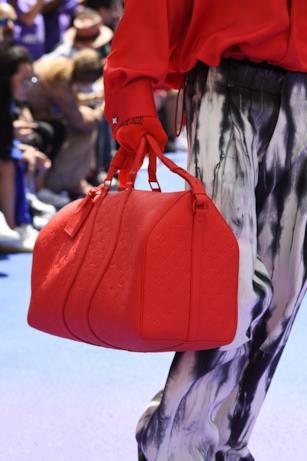 Un'esplosione di rosso sugli accessori di Louis Vuitton
