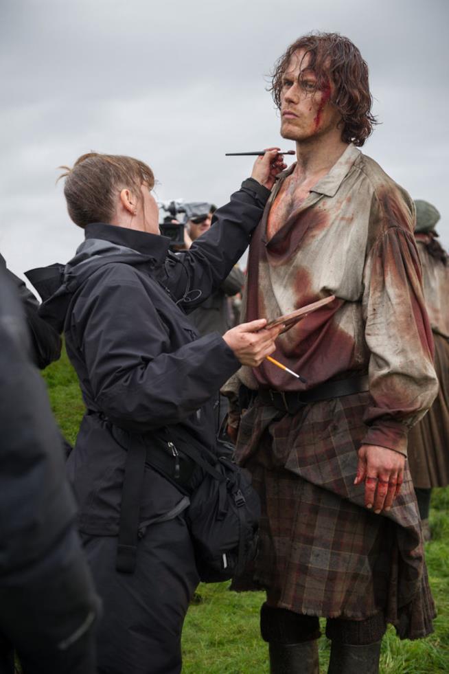 Sam Heughan si lascia truccare sul set di Outlander