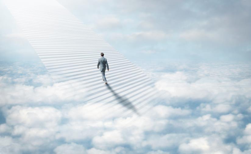 Uomo sale la scala che lo conduce in Paradiso
