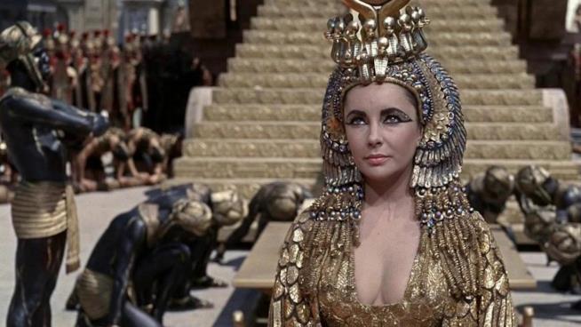 Una immagine di Liz Taylor nel film Cleopatra (1963)