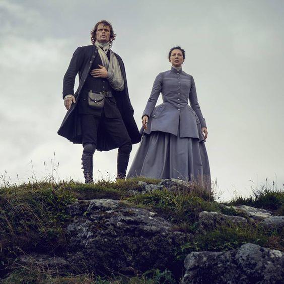 Jamie e Claire dall'alto del precipizio