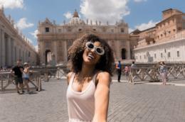 Una ragazza sorride all'obiettivo a Piazza San Pietro