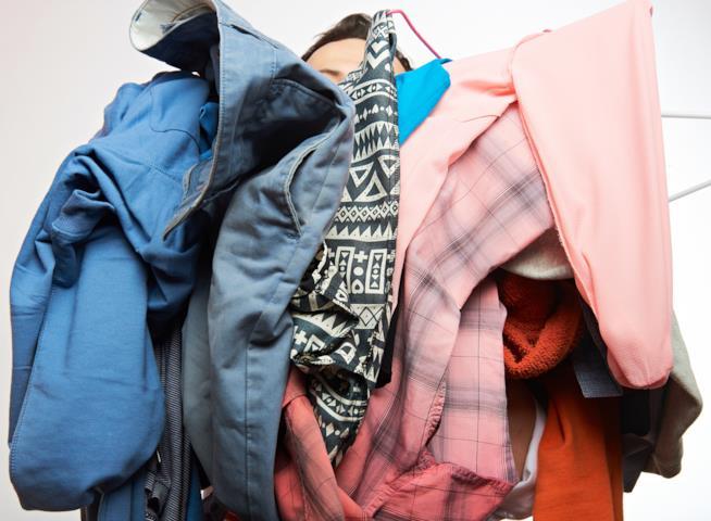 Mucchio di vestiti da piegare e sistemare nell'armadio