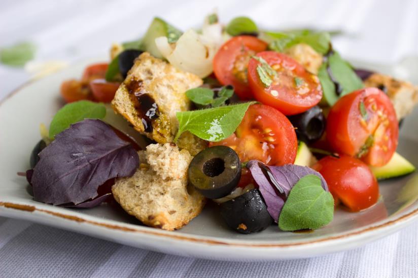 Piatto con verdura e olive
