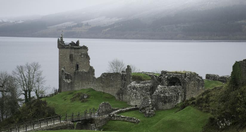Vista del lago di Loch Ness e del castello di Urquhart