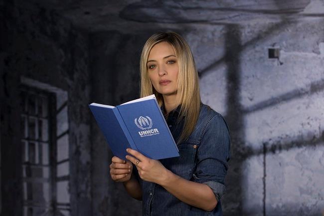Carolina Crescentini tiene in mano un libro
