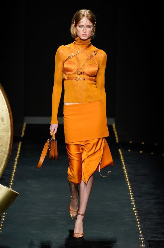 Tutto arancione in passerella per Versace