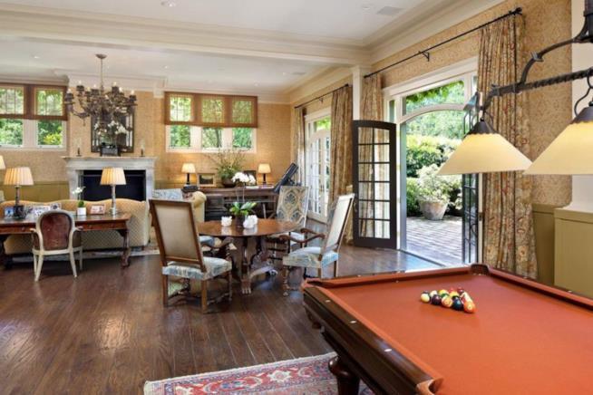 Il soggiorno della casa messa in vendita da Michelle vfeiffer