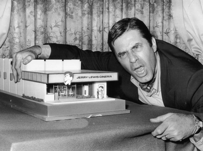 Jerry Lewis scherza davanti ai fotografi