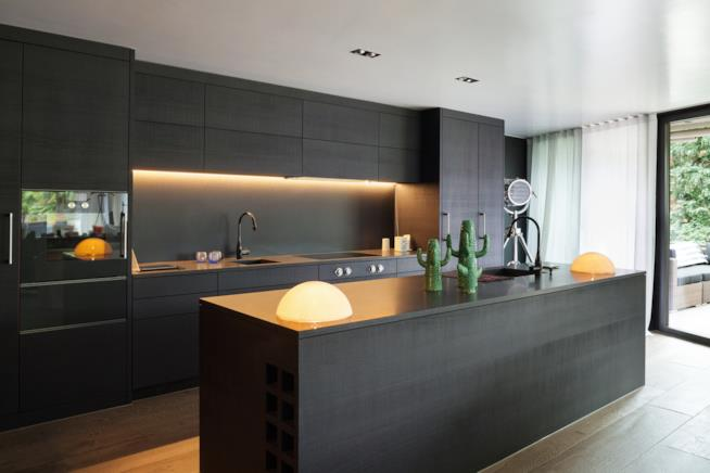 Cucina di design di colore nero con isola