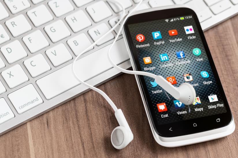 Smartphone con le icone dei social in primo piano