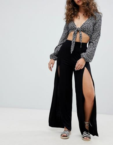 Pantaloni con fondo ampio e spacco frontale