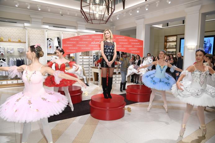 Chiara Ferragni tra le ballerine de Lo Schiaccianoci
