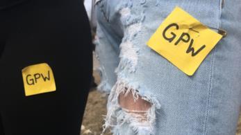 Ragazze applicano i quadrati gialli sui vestiti