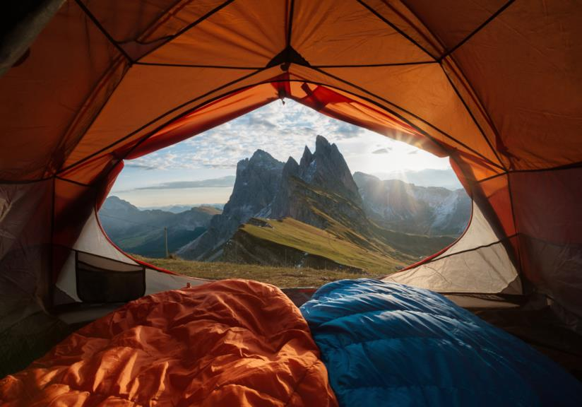 La cima delle montagne vista da una tenda da campeggio.