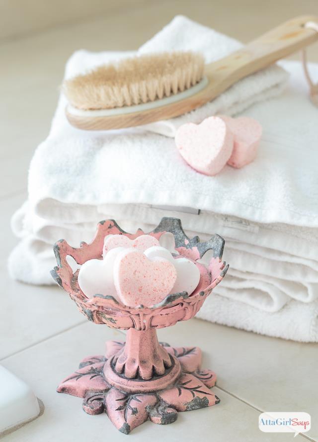 Saponi da bagno fai da te contenuti in un'alzatina