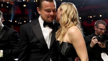 Kate Winslet dà un bacio a Leonardo DiCaprio