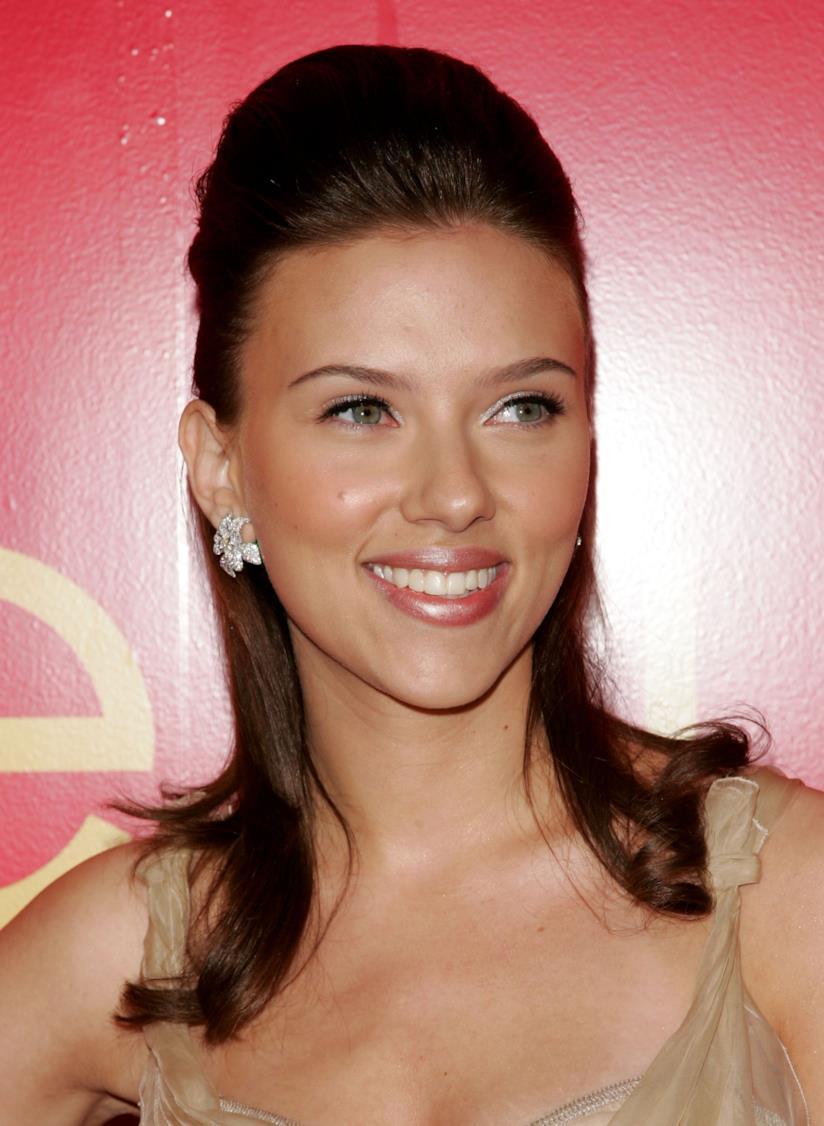 Scarlett Johansson e un semiraccolto liscio media lunghezza