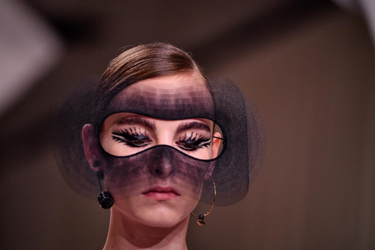 Maschera e ciglia oversize nella sfilata Dior.
