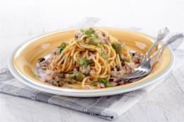 Spaghetti con tonno, olive, capperi e cipolla: ricetta veloce
