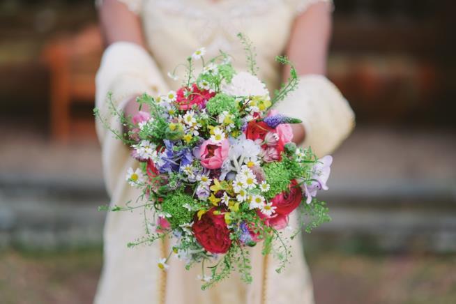 Sposa che tiene in mano un bouquet
