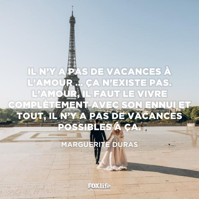 Sposi camminano verso la Torre Eifell