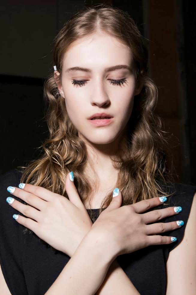 Nail art bianca e azzurra