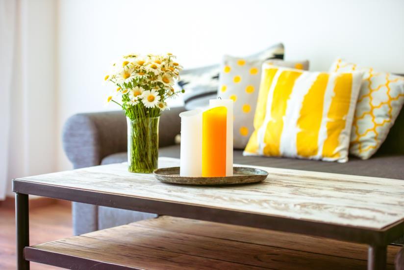candele e fiori freschi sul tavolino davanti al divano in soggiorno
