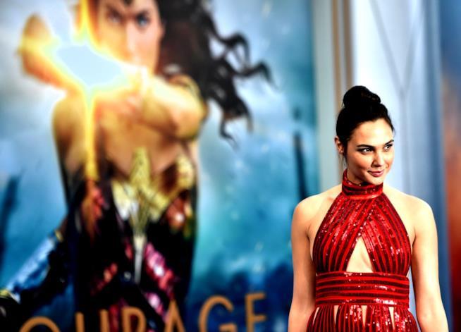 L'attrice Gal Gadot in rosso alla premiere di Wonder Woman della Warner Bros.