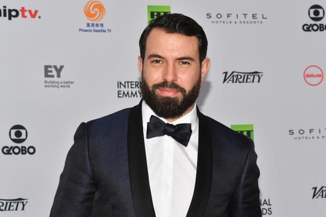 Tom Cullen sorridente sul red carpet