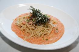 Piatto con spaghetti di soia con crema di salmone, caviale e allghe