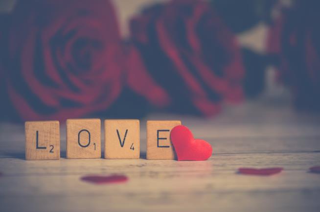 """Scritta """"Love"""" con un cuore."""