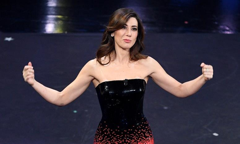 c060d3c2ddf8 Sanremo 2019  Virginia Raffaele e il look rosso e nero Armani Privè