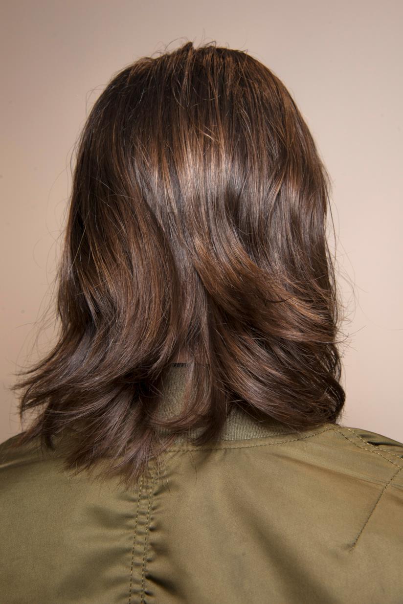 Hairstyle di capelli medi e scalati