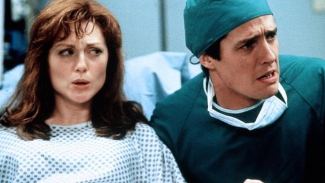 Julianne Moore e Hugh Grant in sala parto nel film Nine Months