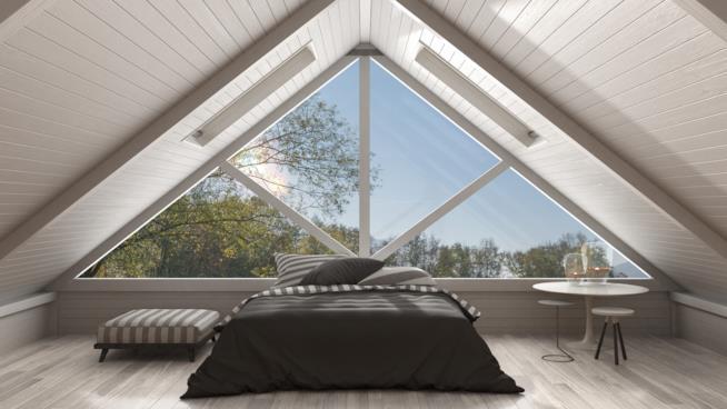 Camera da letto in un soppalco dotato di un grande lucernario