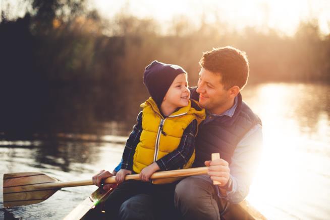 Padre e figlio in gita su una barca a remi